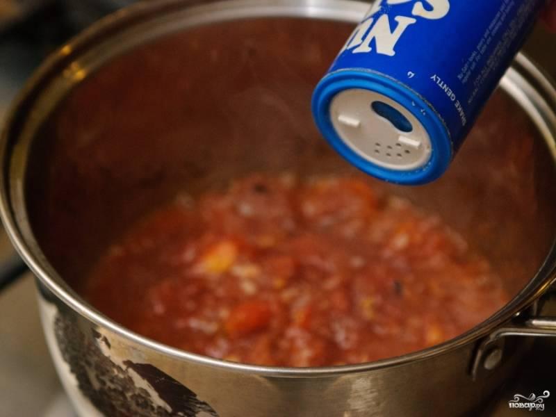 Заправьте вашими любимыми специями. Я предпочитаю базилик. Солить не советую, помидоры и томатная паста придают достаточно солоноватый вкус.