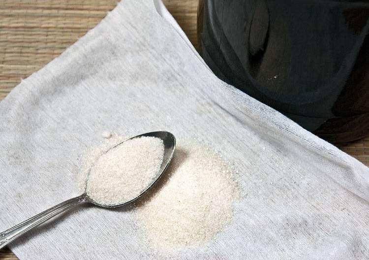 15. Если на ваш вкус не хватает сладости, самое время это исправить. Однако делать это нужно особенно. Для этого используется небольшой кусочек марли (или тонкой ткани), сложенной в несколько слоев. Выложите в центр сахар.