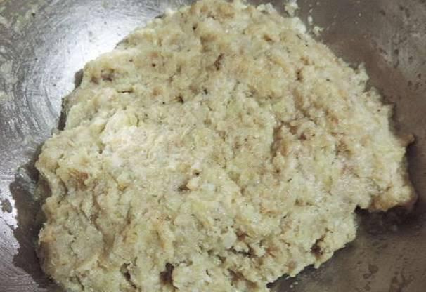В фарш добавьте яйцо, специи, лук измельченный. А также батон, замоченный в молоке. Хорошенько все перемешиваем.