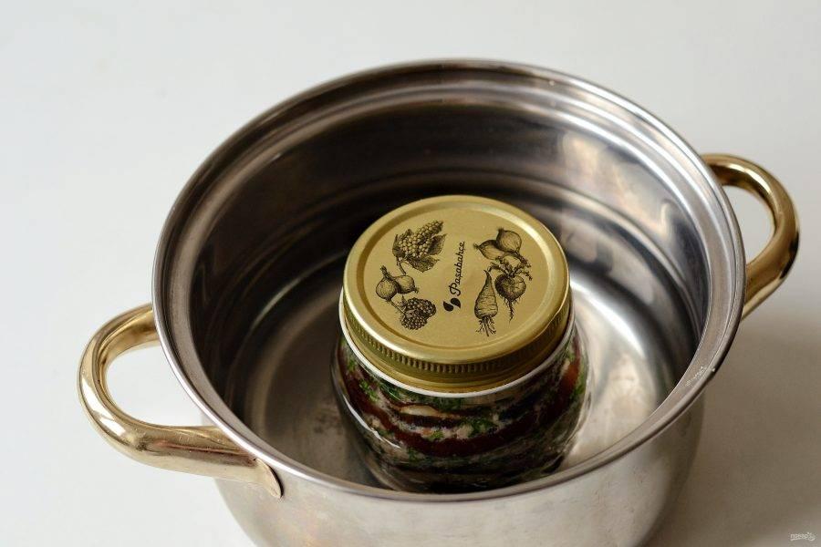 Накройте банку стерилизованной крышкой. Уложите в кастрюлю с холодной водой. Стерилизуйте банку 15 минут с момента закипания воды.