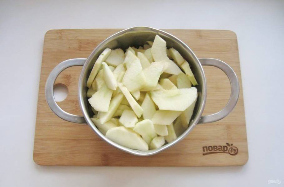 Нарезанные яблоки выложите в кастрюлю с толстым дном. Налейте 50-70 мл. воды.