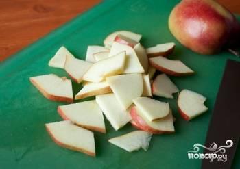 2. Яблоко можно брать красное или зеленое. Главное, чтобы оно было больше сладким, чем кислым. Очищать его от кожицы не нужно. Нарезаем на половинки, делим их еще на половинки. Получатся треугольники.