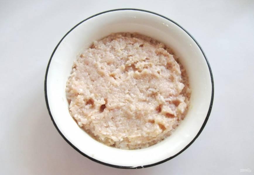 Фарш посолите по вкусу, можно поперчить и добавить любые сухие приправы. Перемешайте фарш до однородной консистенции.