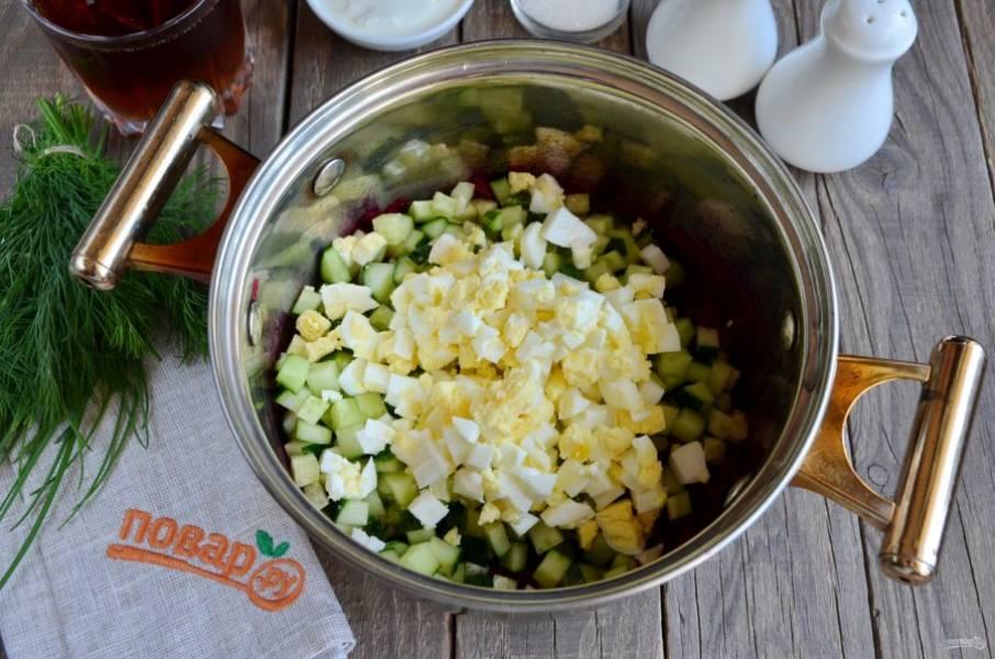 Огурцы и яйца порежьте кубиками, добавьте к свекле.