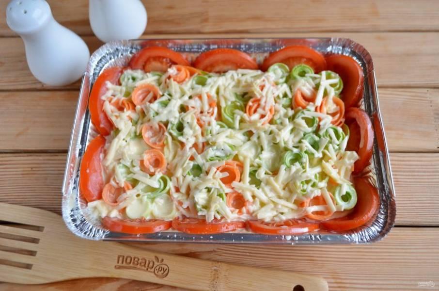 Залейте овощную смесь. Отправьте в духовку на 40 минут, температура — 180 градусов.