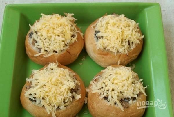 4. Наполните булочки начинкой, сверху присыпьте тертым сыром. Выложите в жаропрочную форму и отправьте в разогретую до 180 градусов духовку. Запекайте жульен минут 20.  Приятного аппетита!