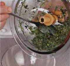 блендера и довести до однородной массы. Затем залить оливковое масло, вкинуть сыр и взбивать соус в течение половины минуты. Положить песто в соусник. Если потребуется немного посолить. Подавать вместе с горячим супом.
