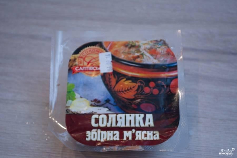 Для приготовления солянки нам понадобятся копчености. Их можно мелко нарезать самостоятельно, либо купить специальный набор для солянки в магазине.