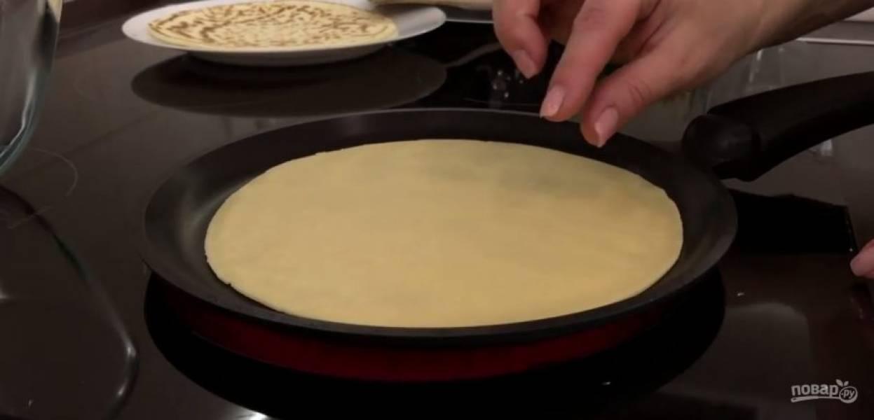 2. Сформируйте колбаску и разделите её на 6 частей, вымесите каждый кусочек на сухом столе и раскатайте корж диаметром чуть меньше вашей сковороды. Разогрейте сухую сковородку и быстро обжарьте тесто с обеих сторон. Коржи разложите и остудите.