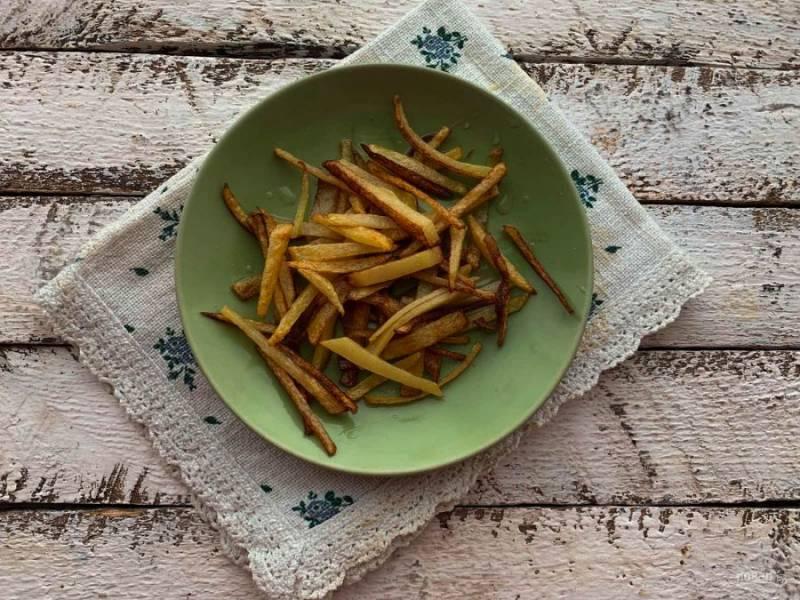 Картофель очистите от кожуры, нарежьте и обжарьте на растительном масле.