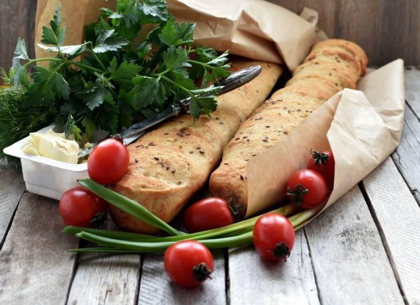 К багетам подавайте масло, сыр, помидоры – это очень вкусное сочетание!