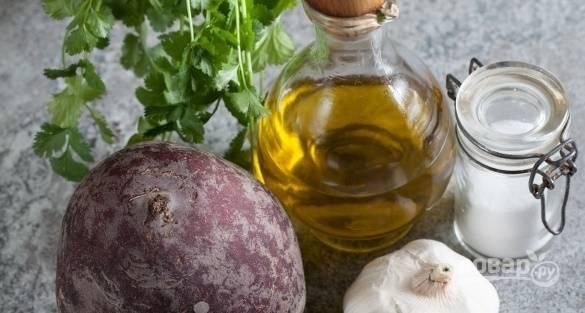 Подготавливаем основные ингредиенты, которые пойдут в салат.