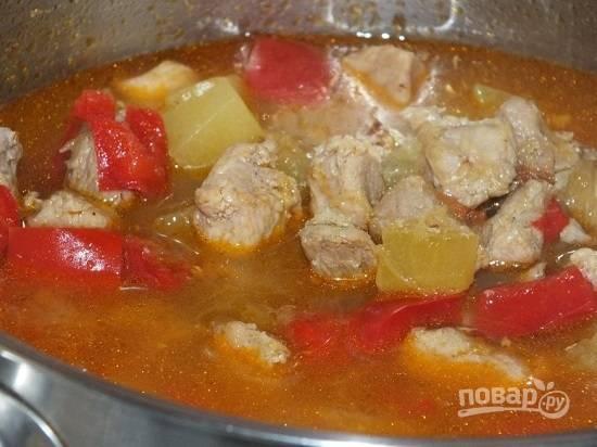 Перекладываем овощи к мясу, тушим все вместе минут 7-8 после закипания.