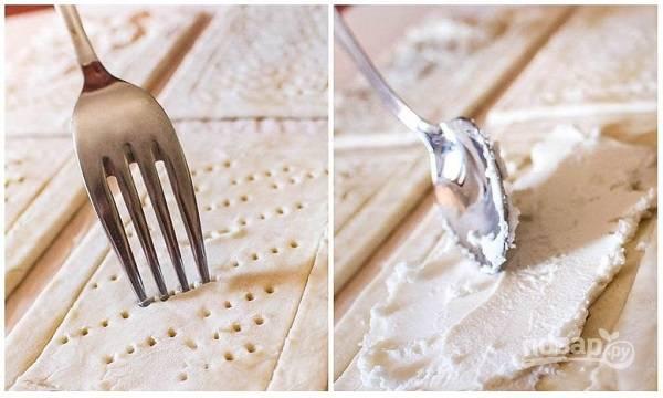 3. Сделайте ножом для удобства прямоугольник чуть меньше. Вилкой сделайте проколы, выложите ровным слоем мягкий сыр.