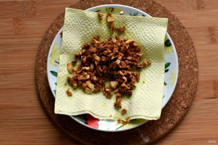 За это время нарубите и поджарьте на масле оставшийся чеснок до коричневого цвета. Обсушите на салфетке от лишнего масла.