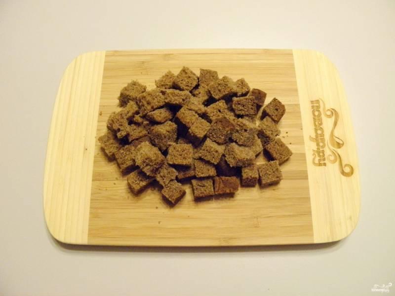 Хлеб порежьте кубиками любого размера, главное, чтобы они пролезли в горлышко банки.