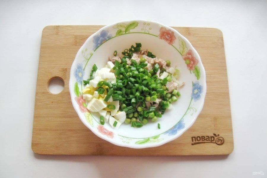 Зеленый лук помойте и мелко нарежьте. Добавьте в салат.