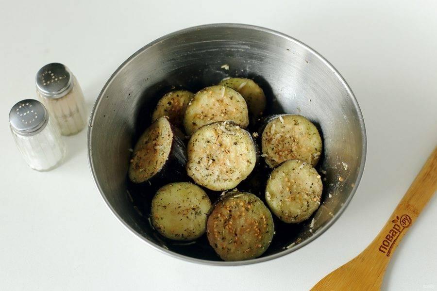 Хорошо все перемешайте, втирая соль и специи в нарезанные баклажаны, затем оставьте мариноваться на 1,5-2 часа.