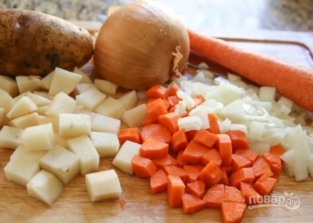 1. В кастрюлю налейте воду или бульон (куриный или овощной), доведите до кипения. Параллельно очистите и измельчите все овощи: картофель, лук, морковь, капусту.