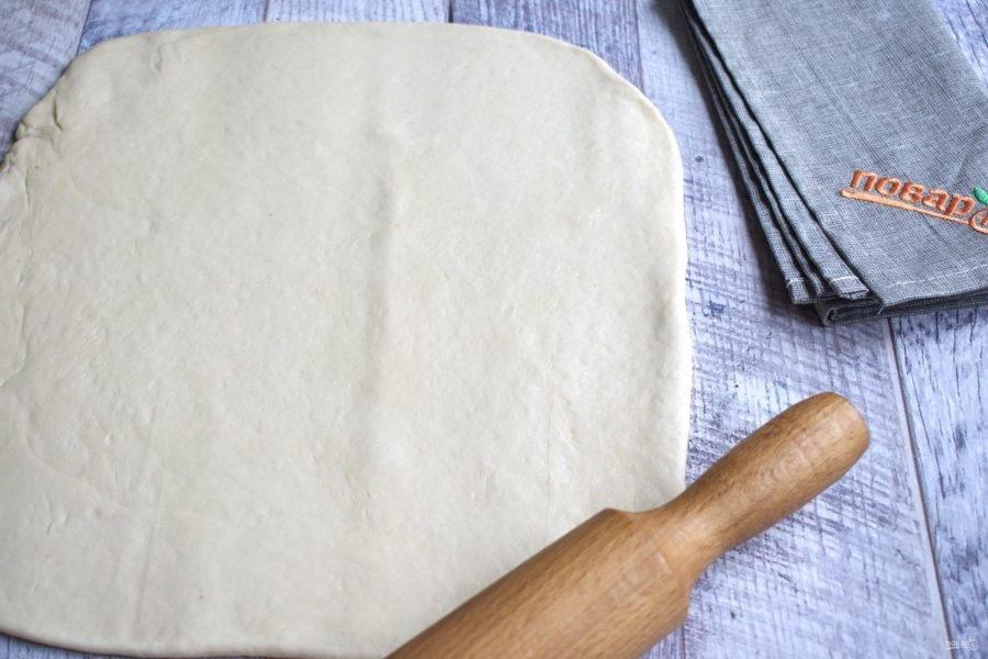Тесто разделите на 2 части. Каждую раскатайте в прямоугольный пласт, толщиной 5-7 мм.