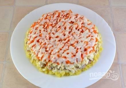 Затем слой морковки с майонезом.