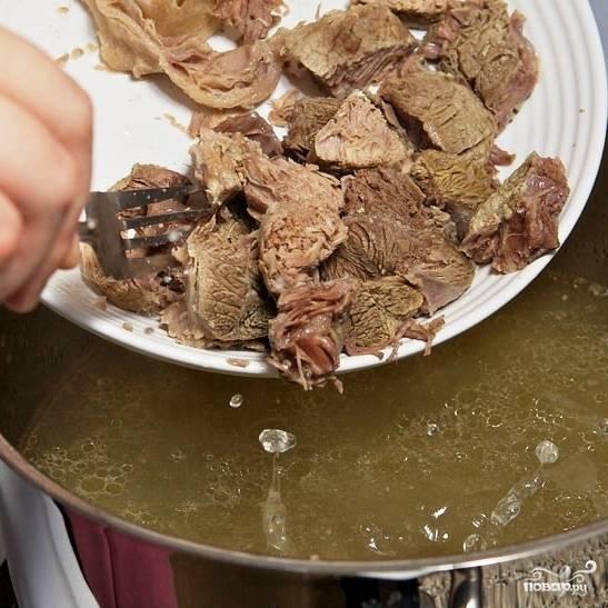 Добавляем нарезанную кубиками говядину обратно в бульон, доводим до кипения.