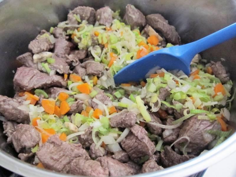 5. К обжаренному мясу отправить овощи. Жарить около 10 минут, периодически помешивая.
