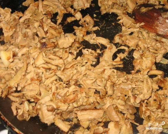 2. Разогрейте масло на сковороде и добавьте туда лук и чеснок, грибы, хорошенько прожаривайте около 15 минут. Если видите, что грибы начинают впитывать много масла и прижариваются, значит посолите их, поперчите, добавьте приправ и муку.