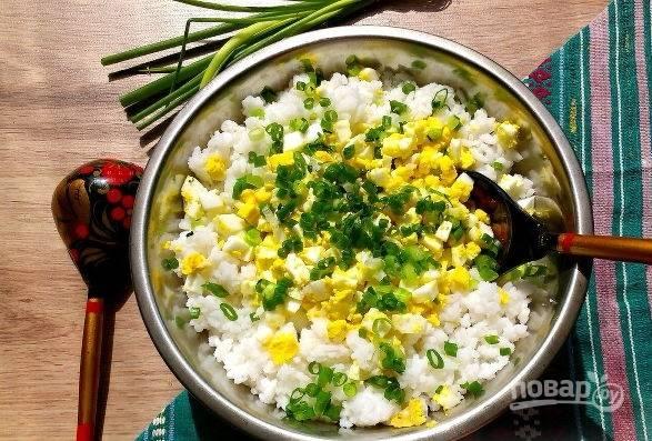 5. В глубокой мисочке соедините рис, яйцо и измельченный лук. Добавьте соль и перец по вкусу. Аккуратно перемешайте.