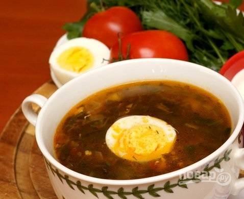 7. Выложите зелень в суп, доведите до кипения. По вкусу добавьте перец и (при необходимости) еще соли. Через пару минут снимите с огня и оставьте под крышкой минут на 20 настояться. Перед подачей добавьте в тарелку ломтик яйца. Приятного аппетита!