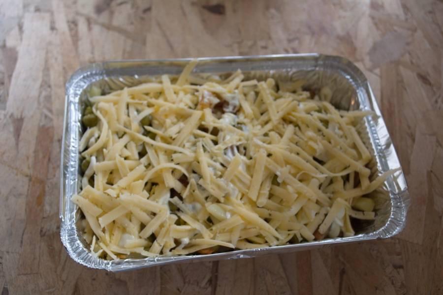 Натрите на терке твердый сыр. Посыпьте сверху все сыром.