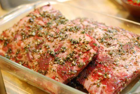 1. В отдельной миске смешаем специи, соль и измельченный чеснок. Сюда же вливаем масло, сок, вино, добавим горчицу. Тщательно перемешаем. Мясо режем кусочками и натираем смесью со всех сторон.