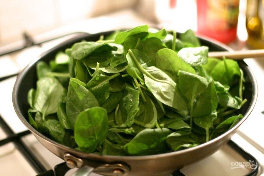 5.Верните сковороду на огонь, добавьте немного сливочного и оливкового масла, выложите листья шпината и немного припустите.
