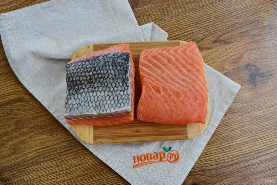 Подготовьте необходимые продукты. Филе семги разрежьте на две части, промойте под холодной водой, тщательно обсушите бумажными полотенцами.