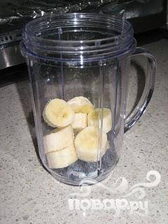 Нарежьте банан кусочками и поместите в блендер.