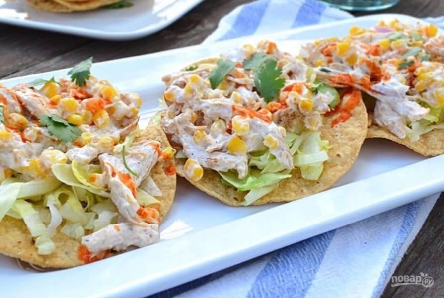 6.Выложите на каждую лепешку измельченные салатные листья, затем - салат и украсьте веточками кинзы.