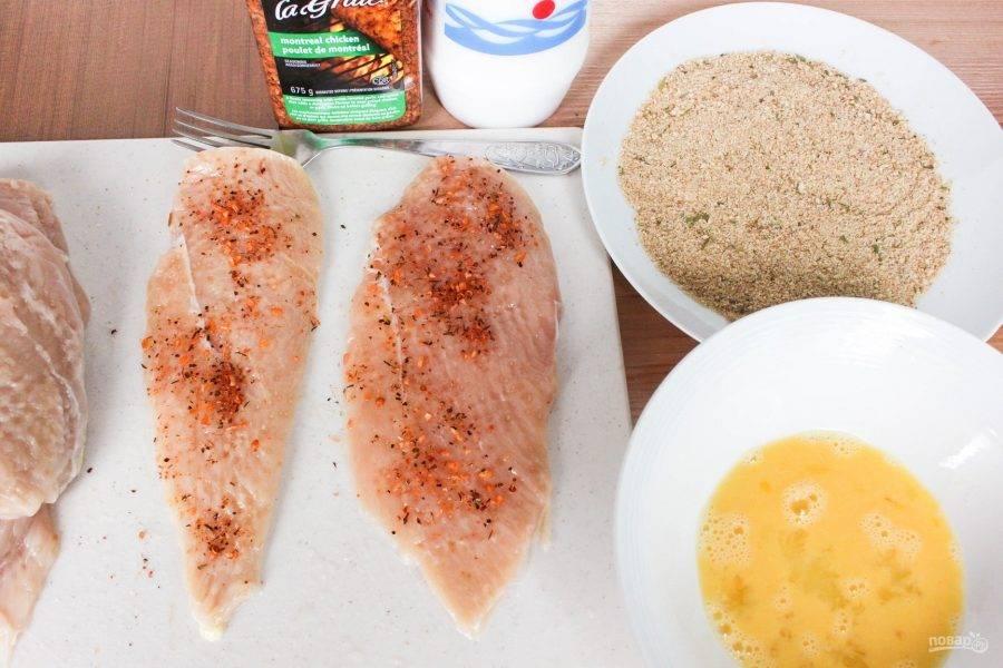 2.Каждое филе натрите солью и специями, подходящими к курице.