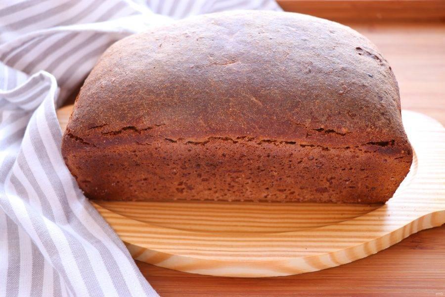 Духовку разогрейте до 240 градусов, на дно духовки поставьте жаропрочную емкость с водой. Выпекайте хлеб 35 минут, затем выключите духовку и оставьте хлеб в ней еще на 20 минут. Готовый хлеб остудите на решетке. Пробовать хлеб рекомендуется не раньше, чем через 12 часов. Приятного аппетита!