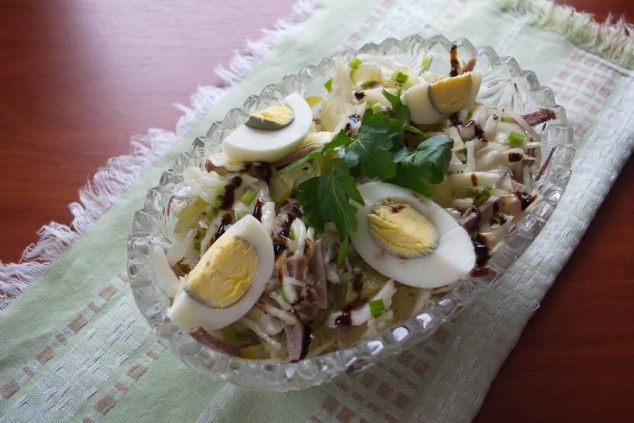 Полейте бальзамическим соусом. Яйца разрезать пополам и уложить на салат. Подать к столу сразу. Салат  нужно готовить непосредственно перед подачей и лучше не оставлять на потом. Меняется вкус.
