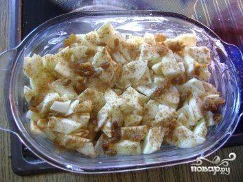 Очистим яблоки от кожуры и сердцевины, нарежем их тонкими ломтиками и сбрызнем лимонным соком. Выложим яблоки поверх кусочков батона, посыпем сахаром и корицей.
