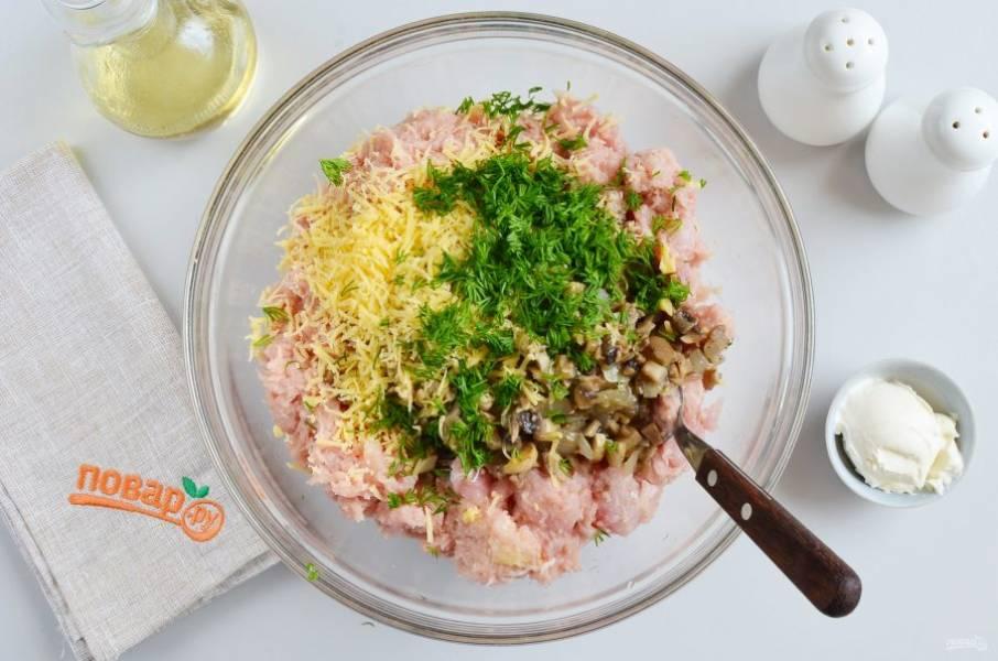 В большой миске соедините куриный фарш с жареными грибами и луком, тертым сыром, измельченным укропом. Посолите, поперчите по вкусу. Добавьте сметану.