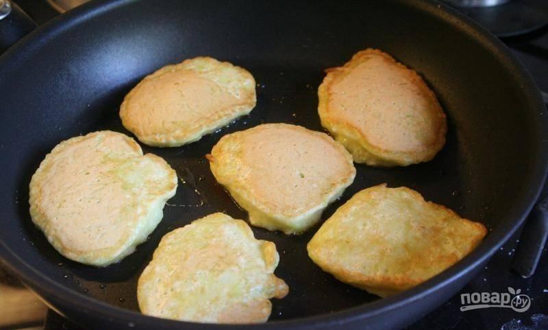 В сковороде разогрейте растительное масло. Ложкой выливайте тесто на сковороду и обжаривайте оладьи с обеих сторон, пока на них не появится румяная корочка.