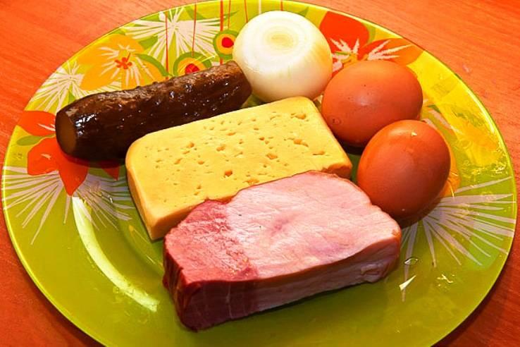 Подготовьте все необходимые ингредиенты, отварите яйцо.