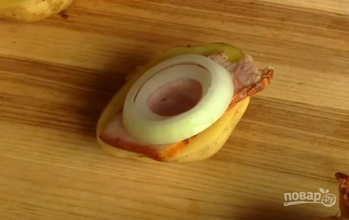 4. На картошку выложите грудинку, затем — колечко лука, накройте второй половинкой картошки и зафиксируйте деревянной шпажкой.