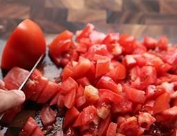 Моем в холодной воде помидоры, режем на кусочки, избавляемся от сердцевины.