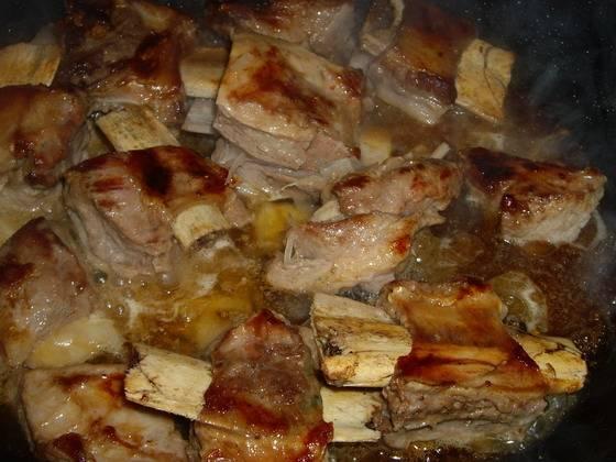 1. Ребра разделяем на кусочки и обжариваем на растительном масле. Огонь сильный, чтобы они подрумянились. Солим и перчим по вкусу.