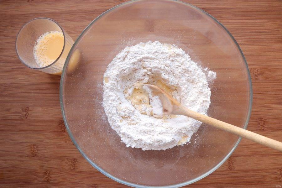 Для начала приготовьте тесто. Просейте муку и смешайте ее с солью. В стакане соедините яйцо и воду. Постепенно вливая яичную смесь в муку, замесите крутое тесто.