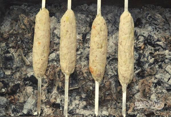После аккуратно разверните, уберите фольгу и подрумяньте люля-кебаб из курицы.