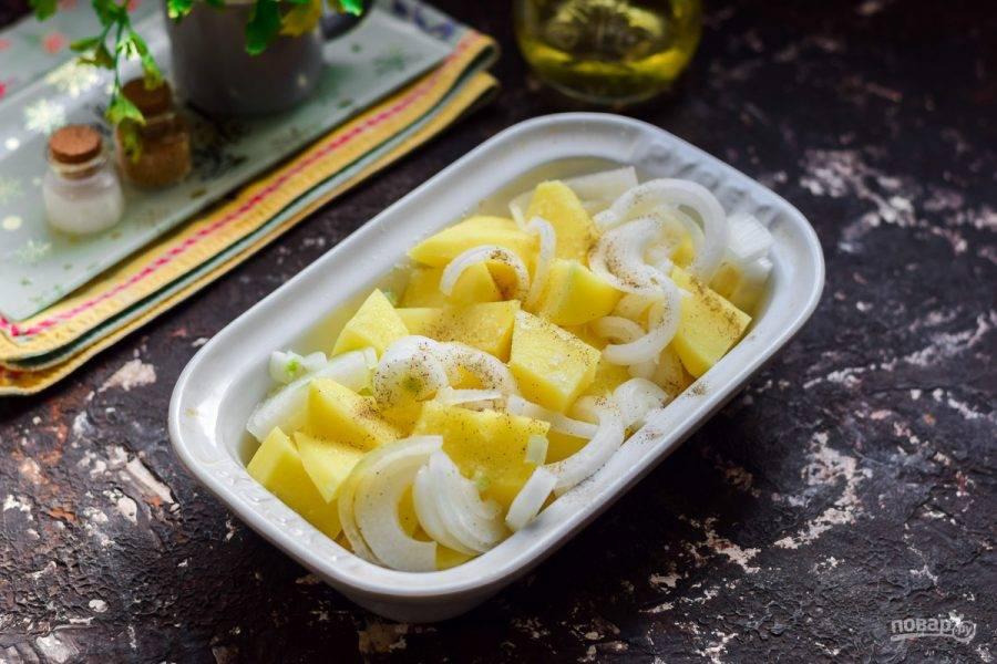 Форму смажьте растительным маслом, выложите картофель и лук, перемешайте, посолите и приправьте перцем.