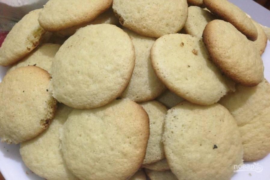 7.Переложите печенье в тарелку с противня, чтобы они хорошенько остыли.